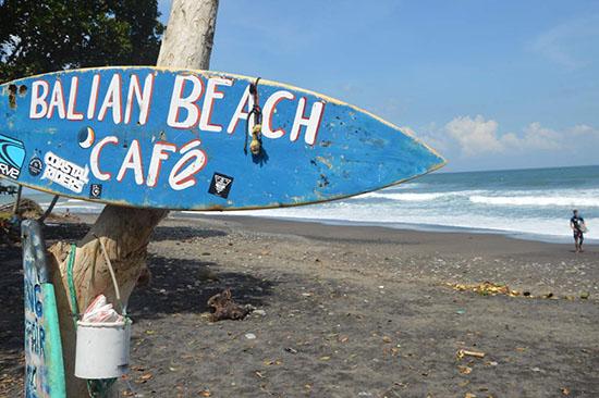 plage-sable-noir-balian-beach-Bali