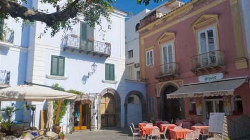 Ischia-Forio-plaza