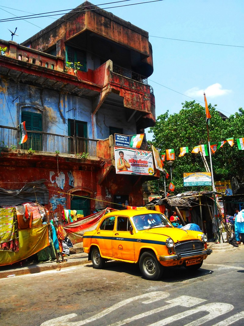 transports-taxi-jaune-calutta